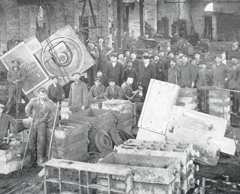 Produktion bei Röth Guss in den 50er Jahren. Damals wurde noch mit dem Handformverfahren gearbeitet.