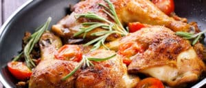 Leckeres Hähnchen zubereitet in der Pfanne.