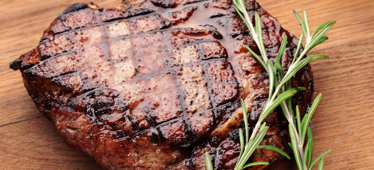 Maillard-Reaktion bei einem Steak. Erfahren Sie mehr auf ROETH N° 1