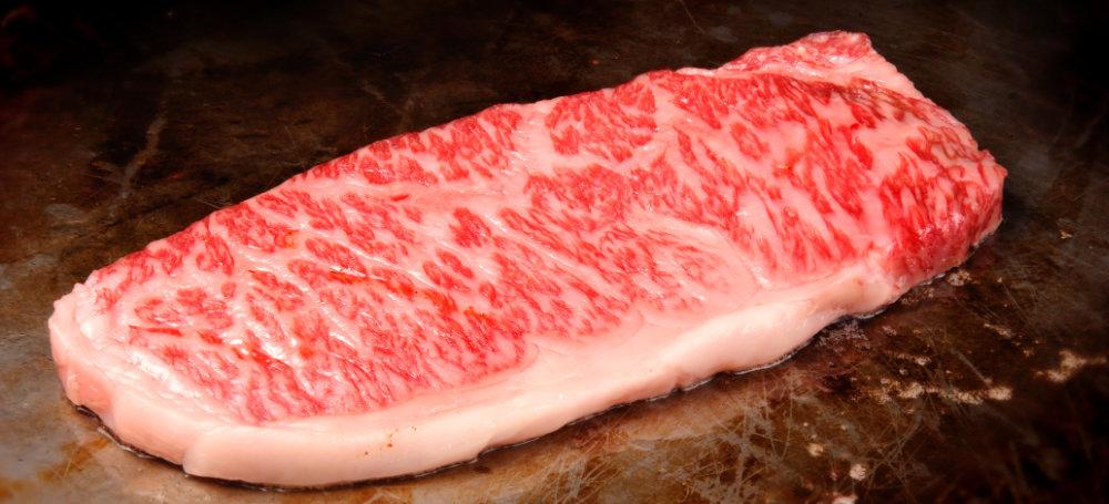 Kobe-Beef mit perfekter Marmorierung wird zubereitet.