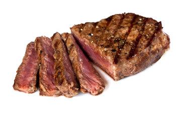 medium-rare Steak auf weißem Hintergrund