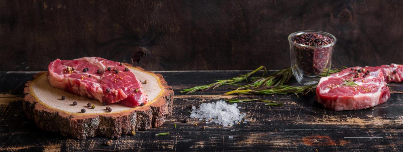 Steak Salzen und Pfeffern